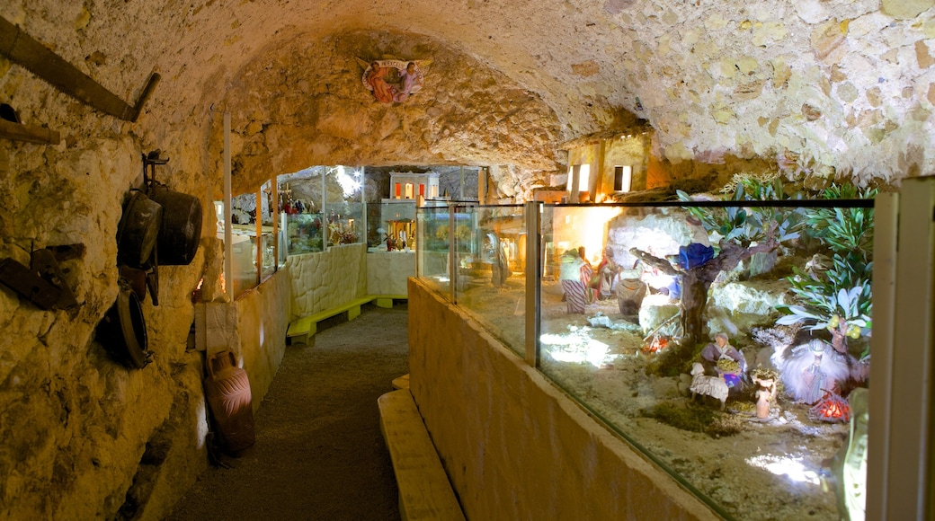 Sanctuaire Notre-Dame-de-Bonaria qui includes patrimoine historique, patrimoine architectural et vues intérieures