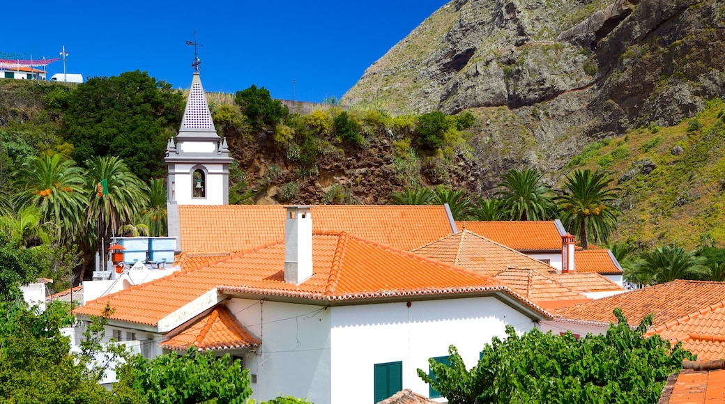Sao Vicente which includes a small town or village, heritage architecture and a church or cathedral
