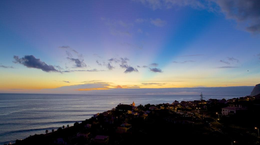 Paul do Mar welches beinhaltet Sonnenuntergang und Küstenort
