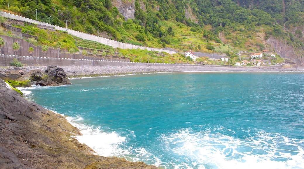 Madeira toont rotsachtige kustlijn