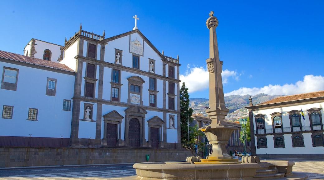Bypladsen som viser historiske bygningsværker, en plads eller et torv og en kirke eller en katedral