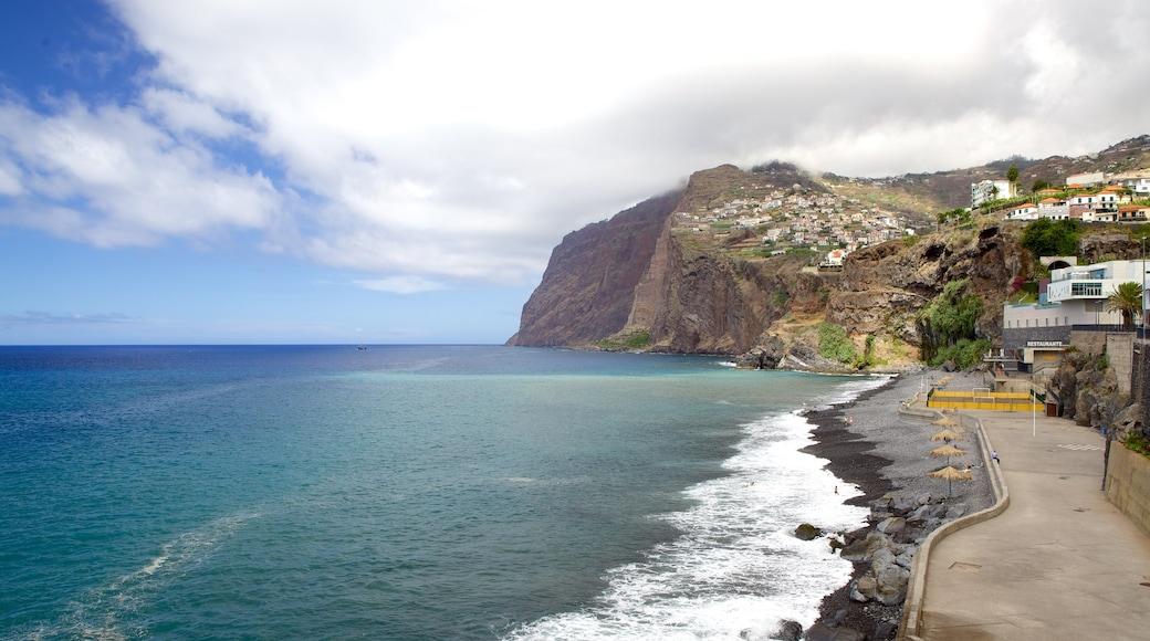 Cabo Girao bevat een kiezelstrand en algemene kustgezichten