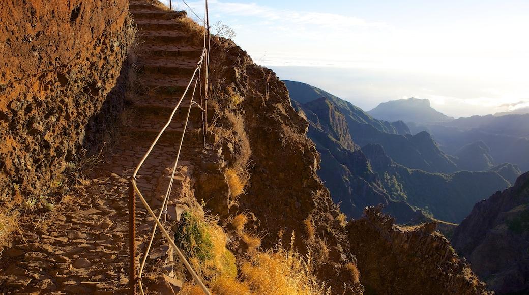 Pico do Ariero bevat bergen en een zonsondergang