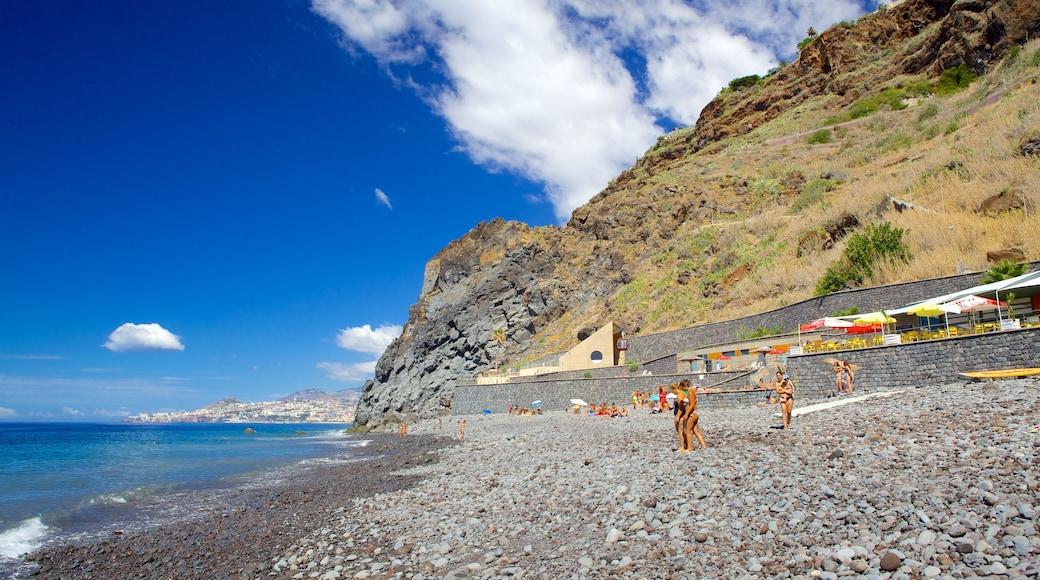Praia dos Reis Magos toont een kiezelstrand en landschappen