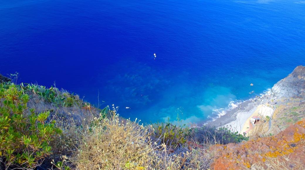 Ponta da Oliveira bevat bergen en algemene kustgezichten