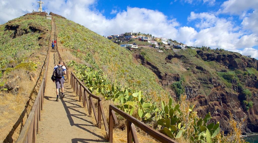 Ponta da Oliveira toont bergen, hiken of wandelen en landschappen