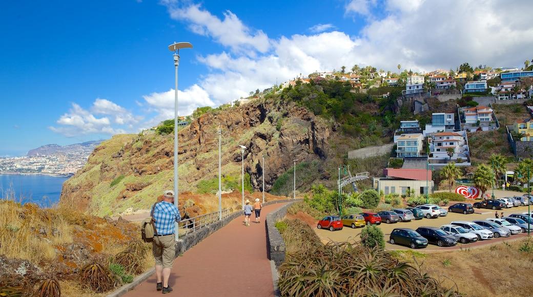 Ponta da Oliveira bevat een kuststadje en ook een man