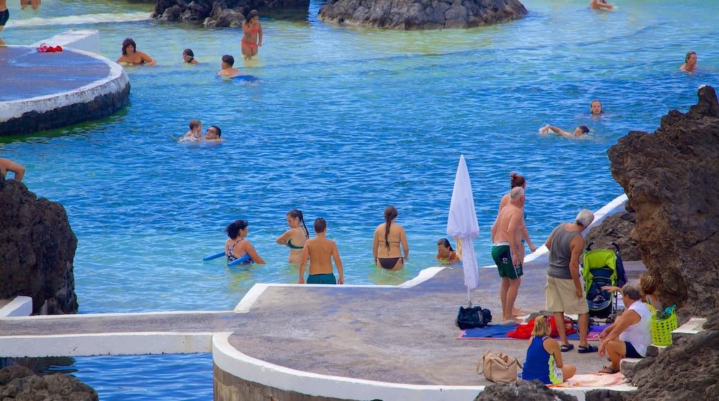 Piscinas Naturais do Porto Moniz inclusief zwemmen en een zwembad en ook een grote groep mensen
