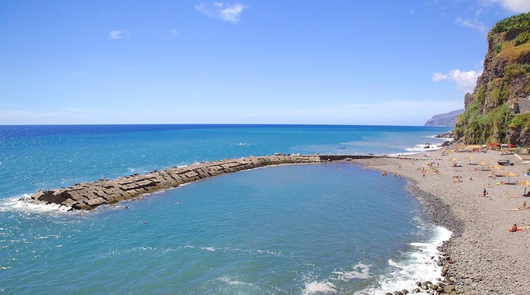 Strand van Ponta do Sol inclusief een kiezelstrand en ruige kustlijn