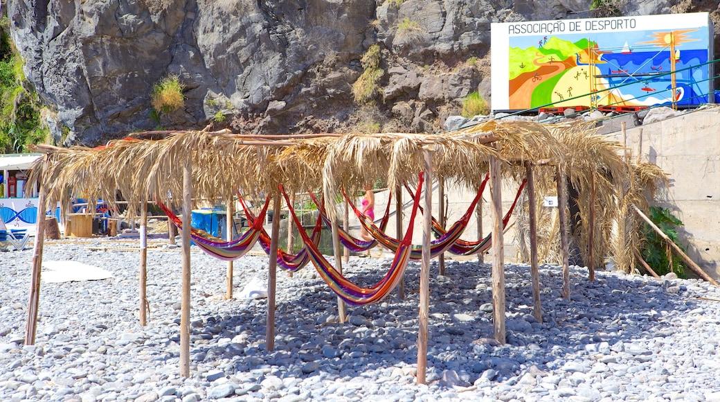 Strand van Ponta do Sol inclusief een kiezelstrand
