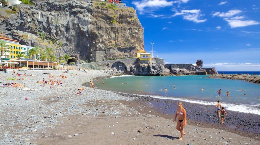 Strand van Ponta do Sol inclusief zwemmen, een kuststadje en een kiezelstrand