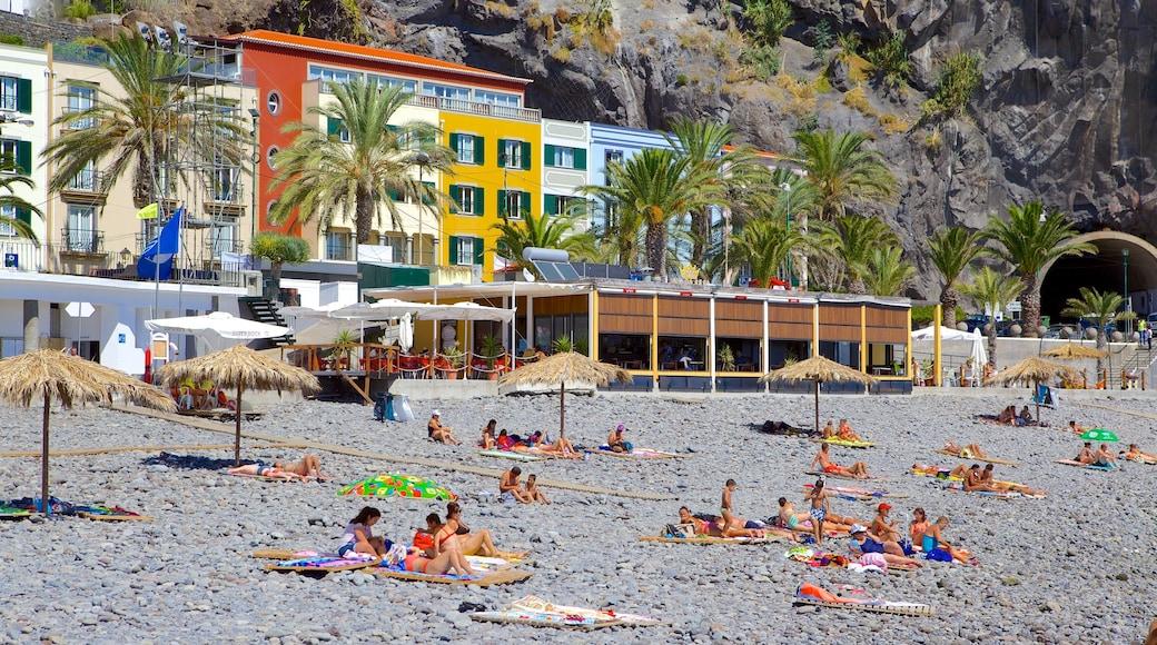 Strand van Ponta do Sol inclusief een kiezelstrand, tropische uitzichten en een kuststadje