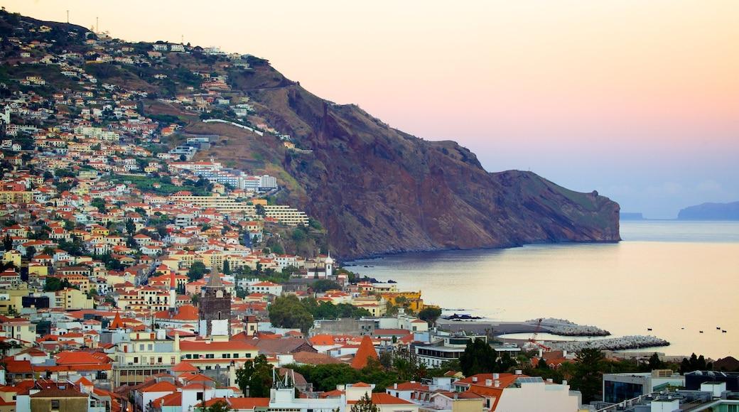Funchal welches beinhaltet Sonnenuntergang, Küstenort und Berge
