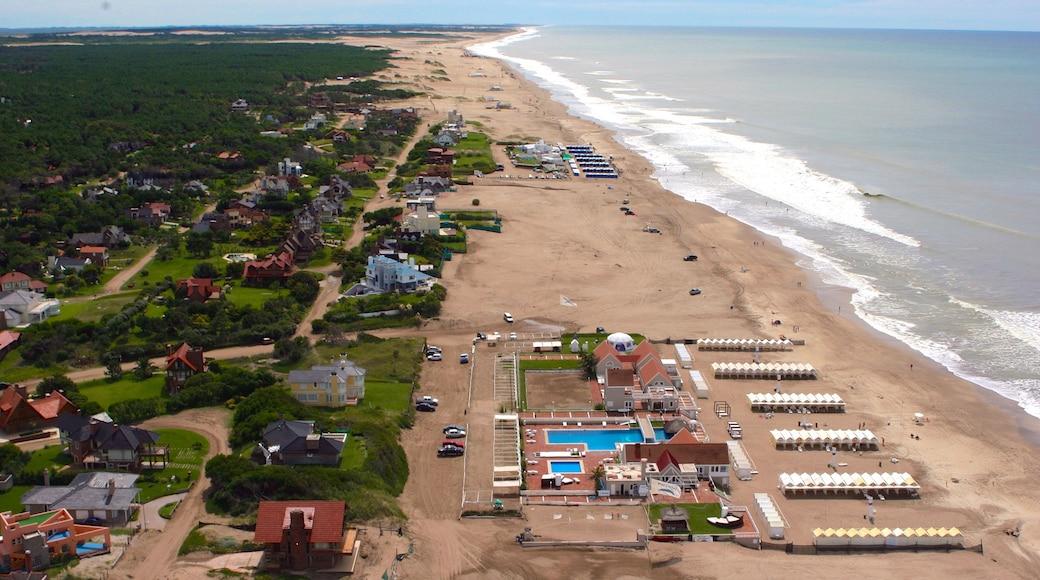 Pinamar mostrando uma praia e uma cidade litorânea