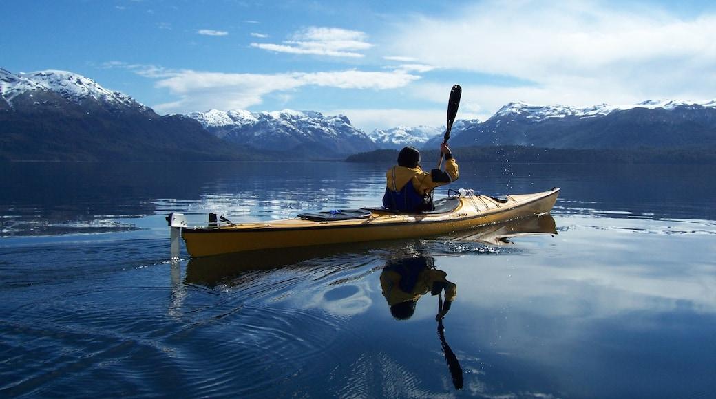 Parque Nacional Nahuel Huapi que incluye un lago o espejo de agua, kayaks o canoas y montañas