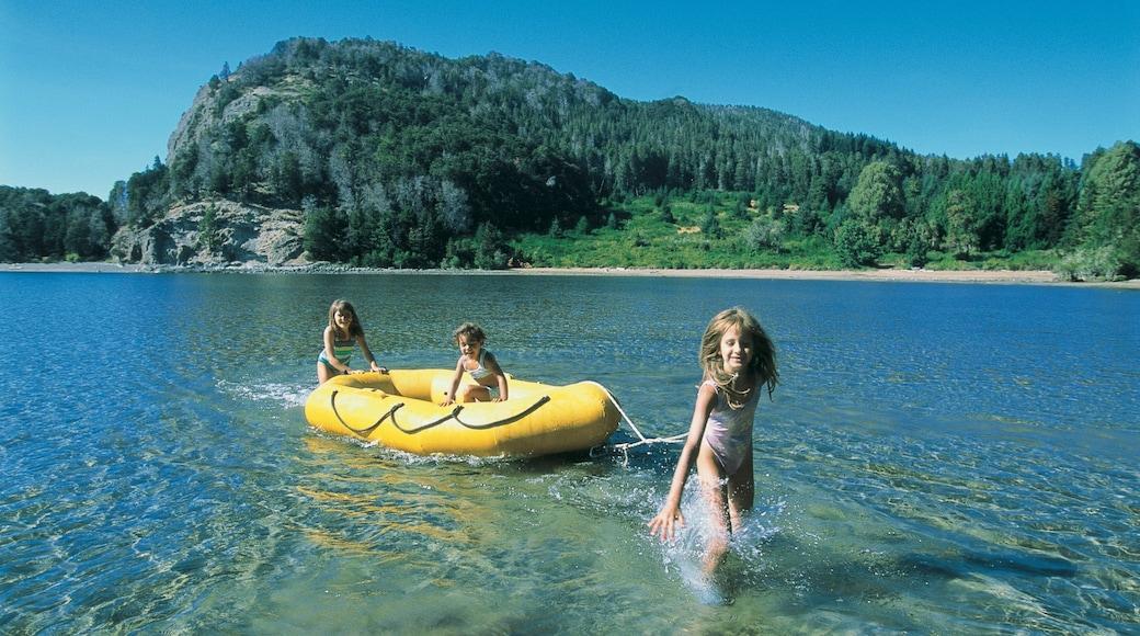 Parque Nacional Nahuel Huapi ofreciendo un lago o espejo de agua y botes y también niños