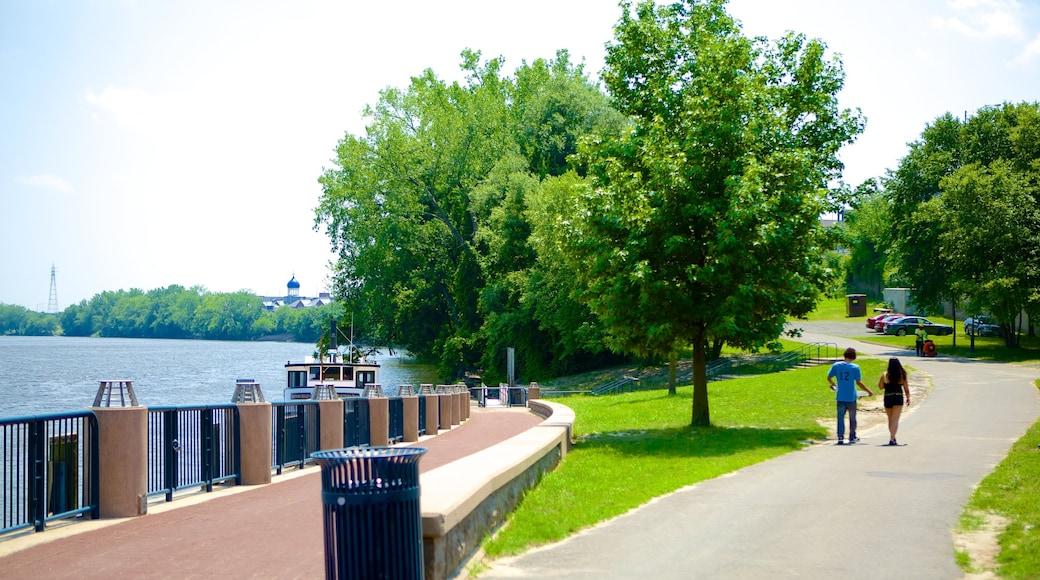 리버사이드 파크 을 특징 정원 과 강 또는 시내