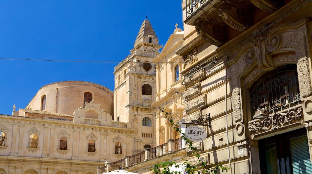 Siracusa som viser historiske bygningsværker og gadeliv