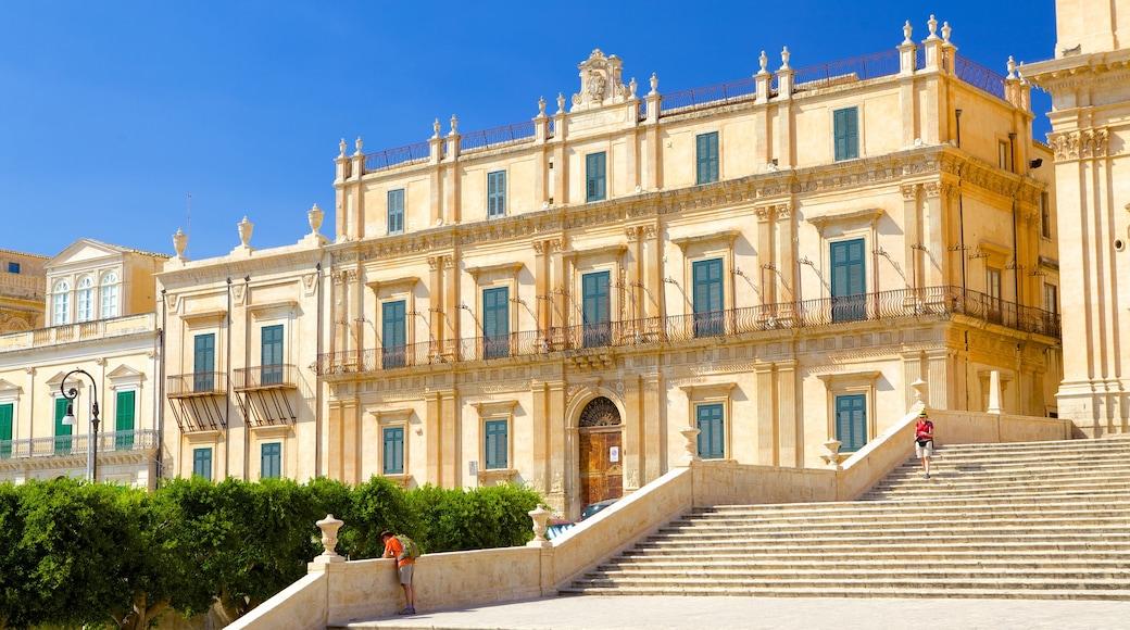 Palazzo Ducezio che include architettura d\'epoca e strade