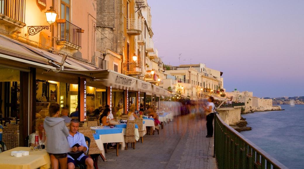 奧提伽島 其中包括 戶外用膳, 海邊城市 和 綜覽海岸風景