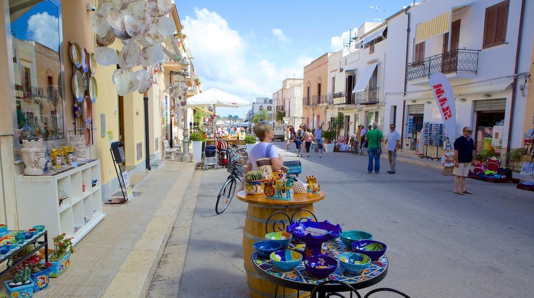 San Vito Lo Capo mostrando strade e mercati cosi come un piccolo gruppo di persone