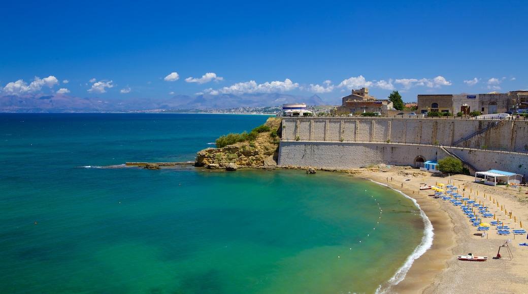 Castellammare del Golfo das einen schroffe Küste und Strand