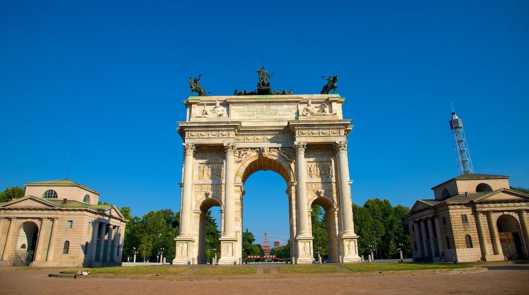 Arco de la Paz mostrando arquitectura patrimonial, elementos patrimoniales y una plaza
