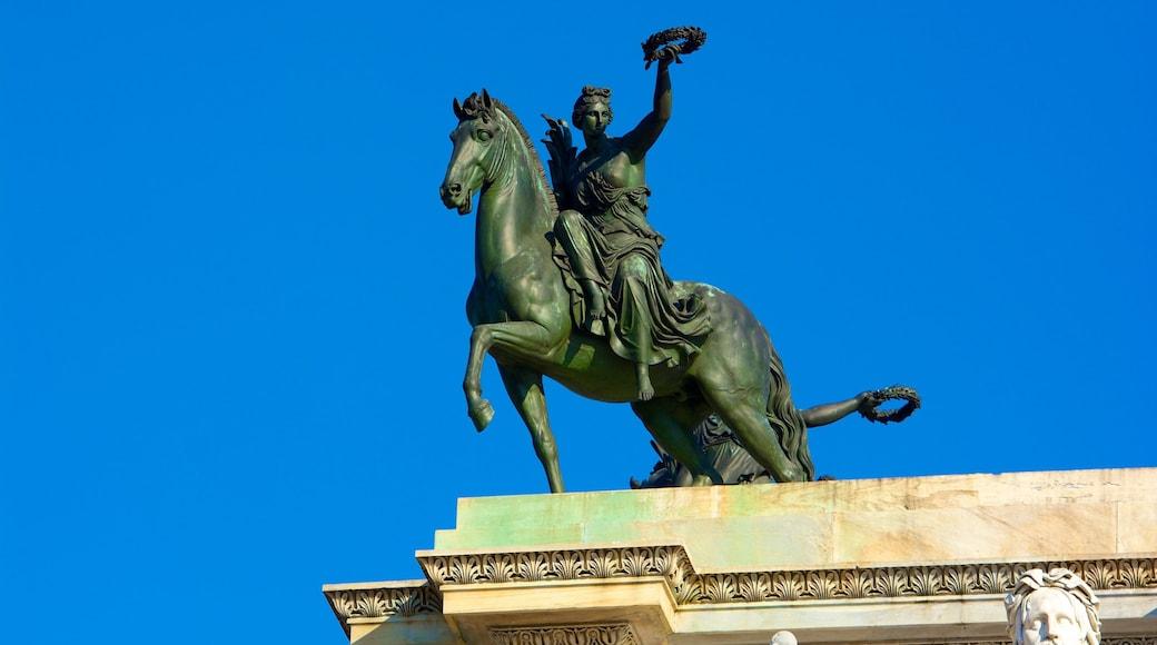 Arco de la Paz ofreciendo elementos patrimoniales y una estatua o escultura