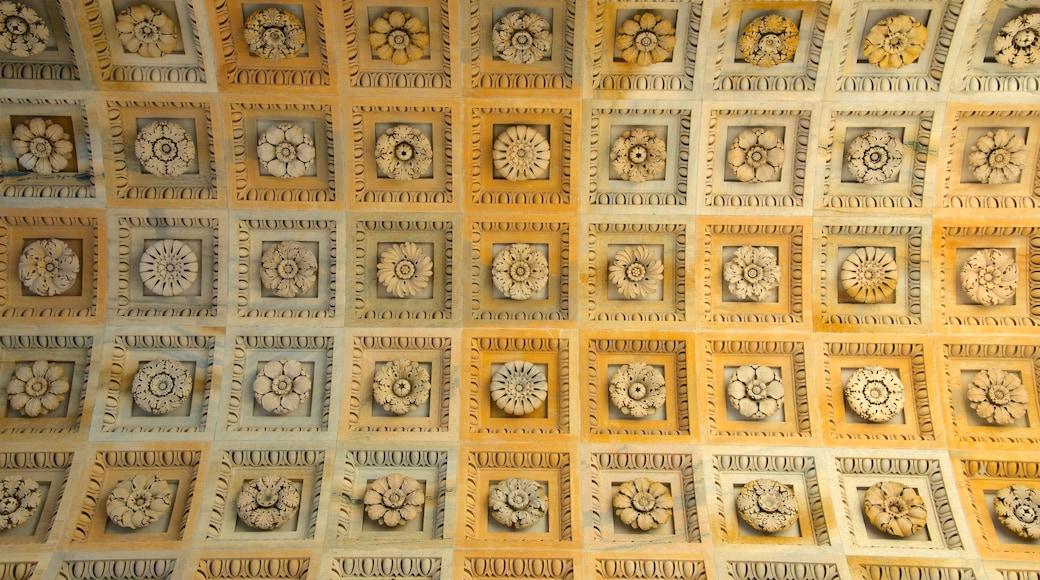 Arco de la Paz mostrando vistas de interior y arquitectura patrimonial