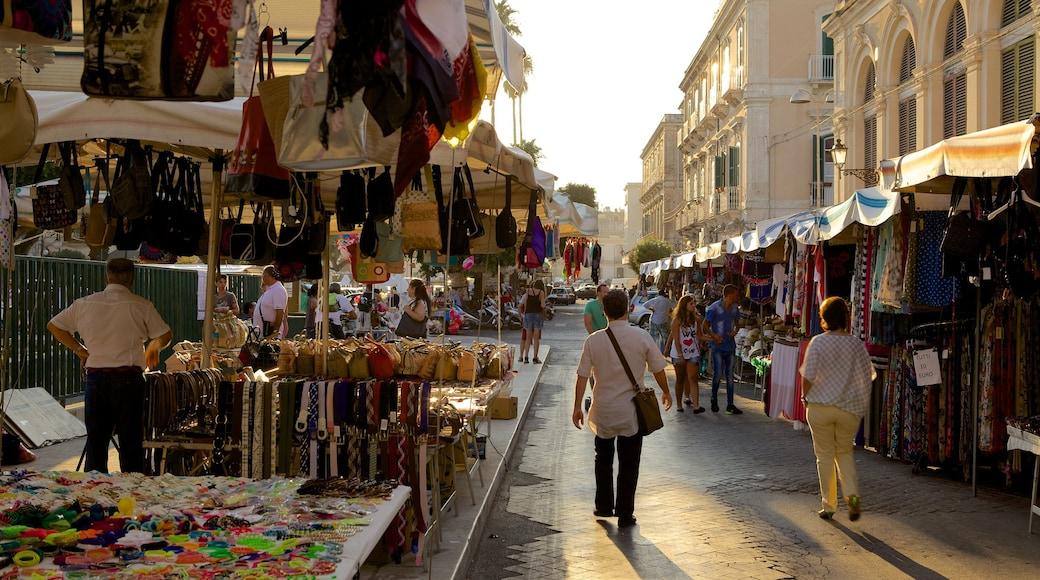 Ortigia che include mercati e strade cosi come un piccolo gruppo di persone