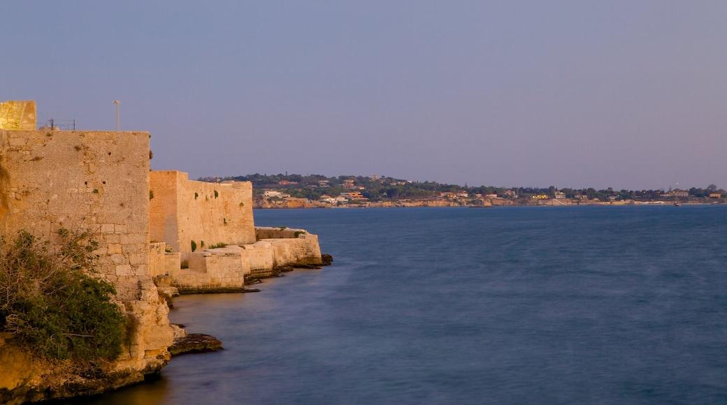 Ortigia mostrando oggetti d\'epoca e località costiera