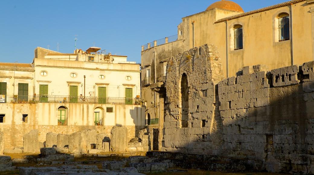 Tempio di Apollo che include rovine e oggetti d\'epoca
