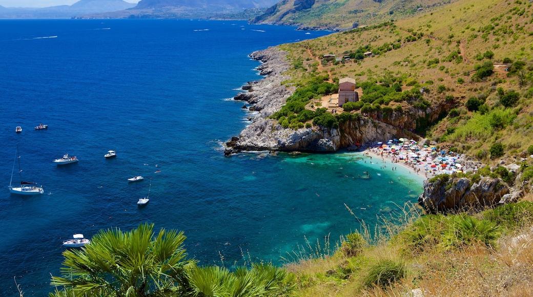 辛加羅海灘 设有 多岩石的海岸線, 山水美景 和 海灣或海港