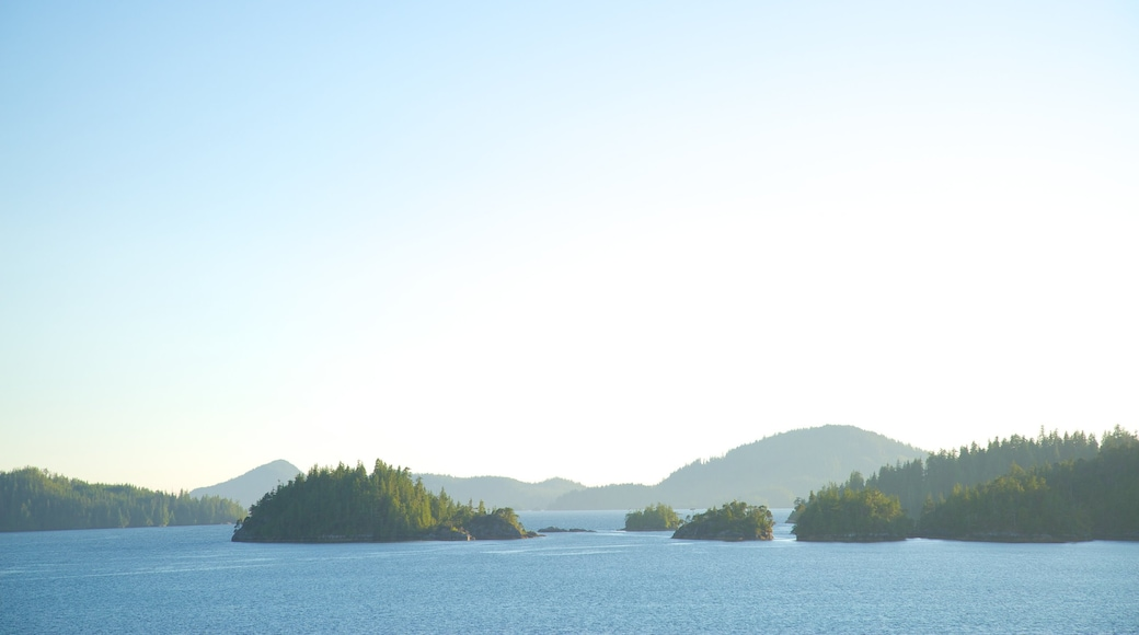 Clayquot Arm Provincial Park showing island images and a lake or waterhole