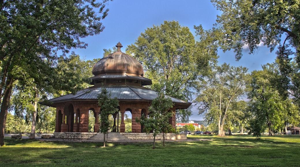 La Crosse showing a park