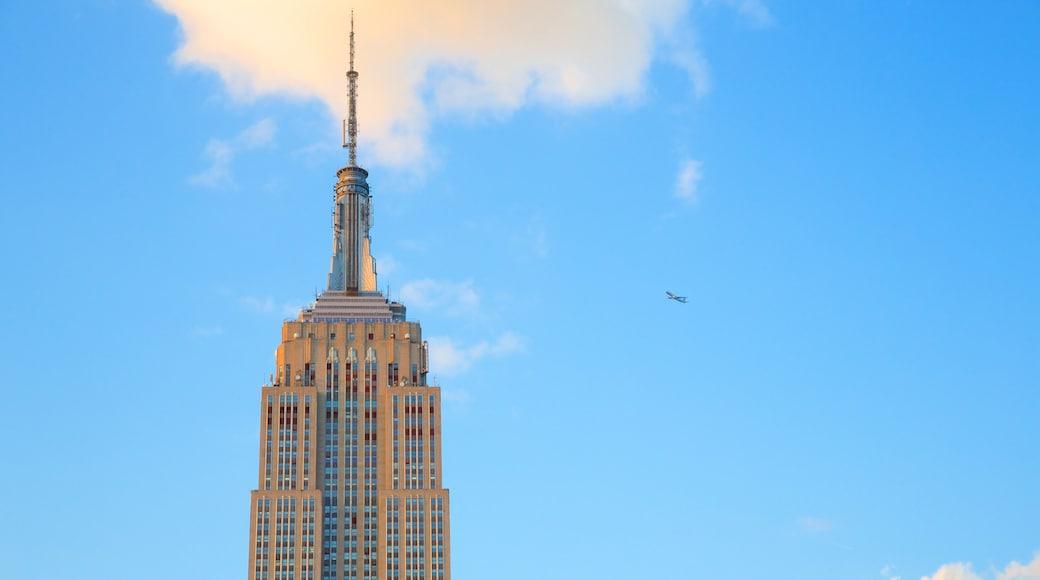 Empire State Building bevat een wolkenkrabber en een stad