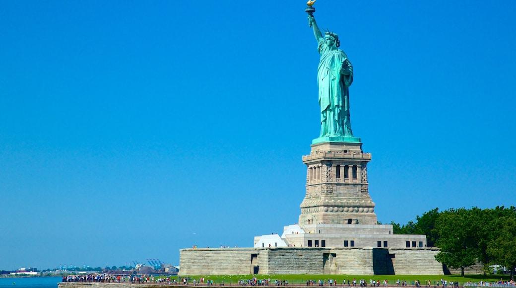 Estatua de la Libertad ofreciendo elementos del patrimonio, una estatua o escultura y un monumento