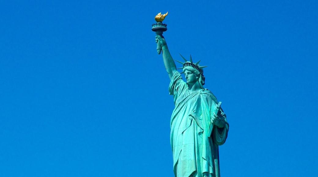 Estatua de la Libertad mostrando una estatua o escultura, un monumento y elementos del patrimonio