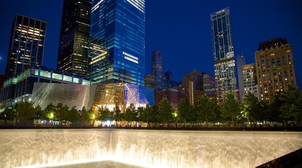 Monumento Nacional del 11 de Septiembre mostrando escenas de noche, una fuente y una ciudad