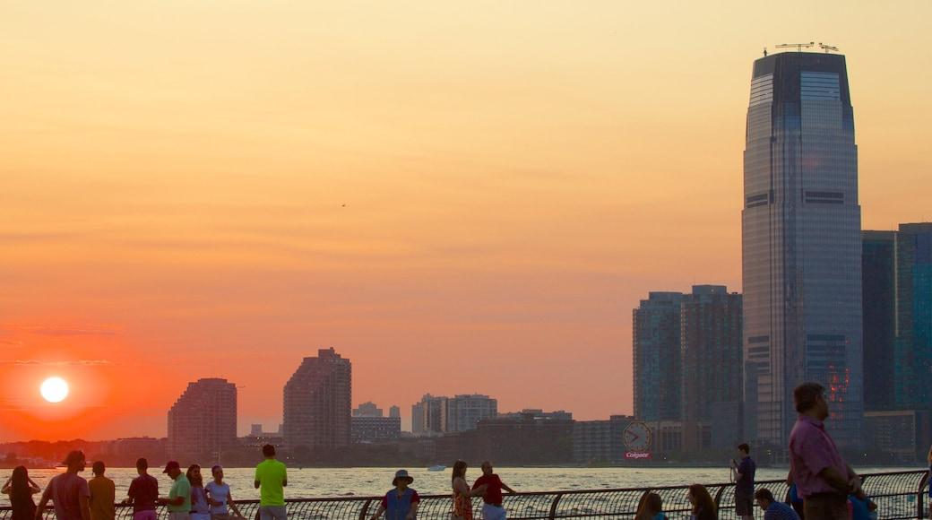 Battery Park que incluye una ciudad, una bahía o un puerto y un atardecer