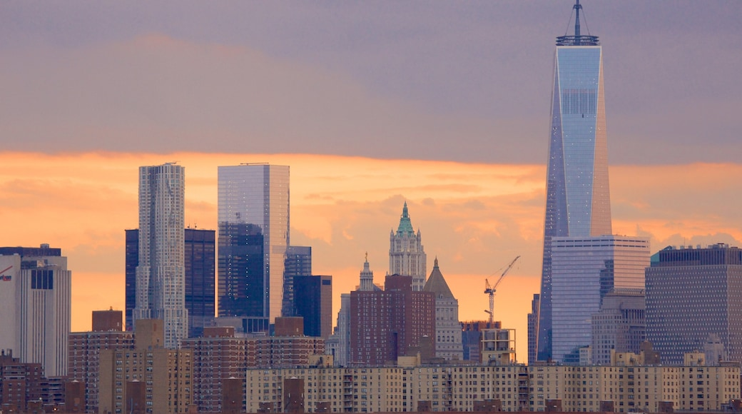 One World Trade Center fasiliteter samt silhuett, solnedgang og by