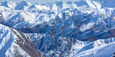Cardrona Alpine Resort featuring mountains and snow