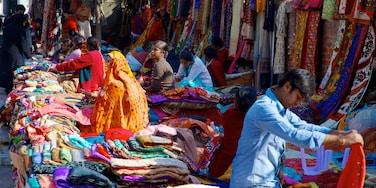 Delhi montrant shopping et marchés aussi bien que petit groupe de personnes