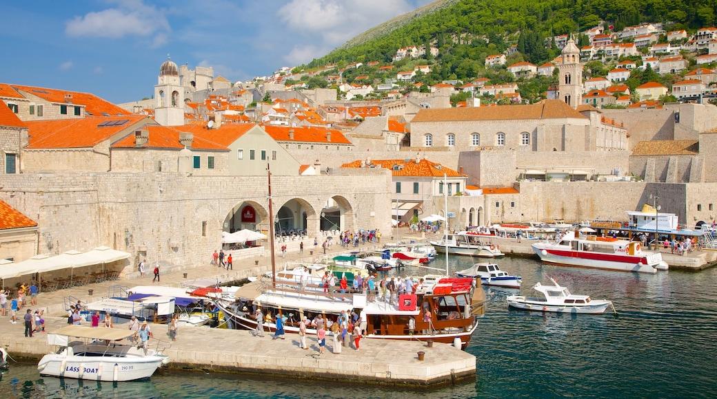 Dubrovnik, Süddalmatien welches beinhaltet Bucht oder Hafen, historische Architektur und Küstenort