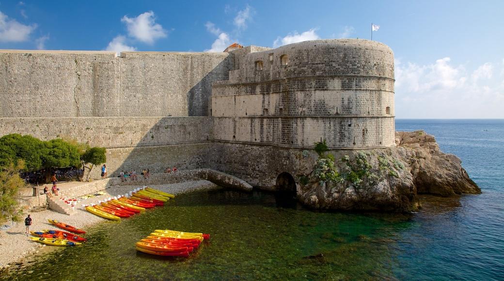 Fortezza di Bokar caratteristiche di rovine e oggetti d\'epoca