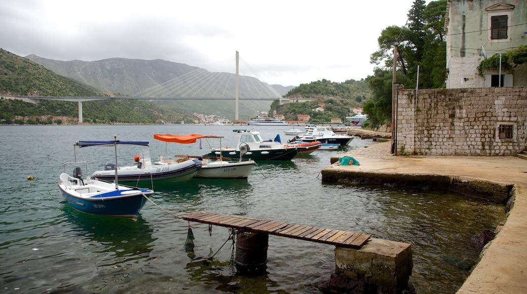 Lapadin ranta joka esittää veneily, järvi tai vesikuoppa ja silta