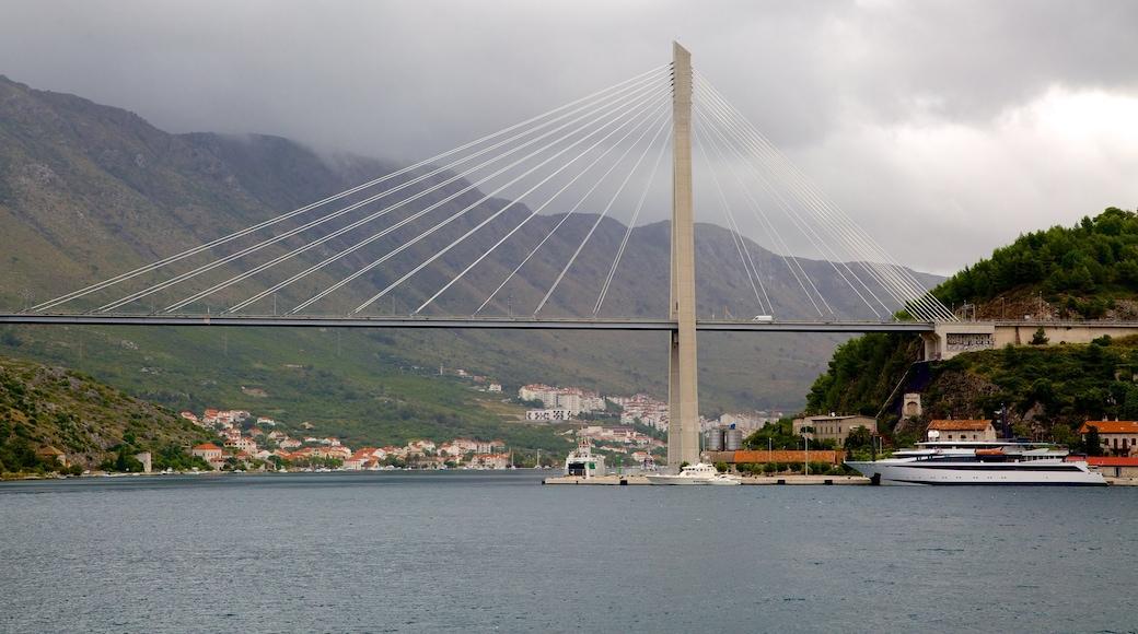 Lapadin ranta joka esittää silta, vuoret ja järvi tai vesikuoppa