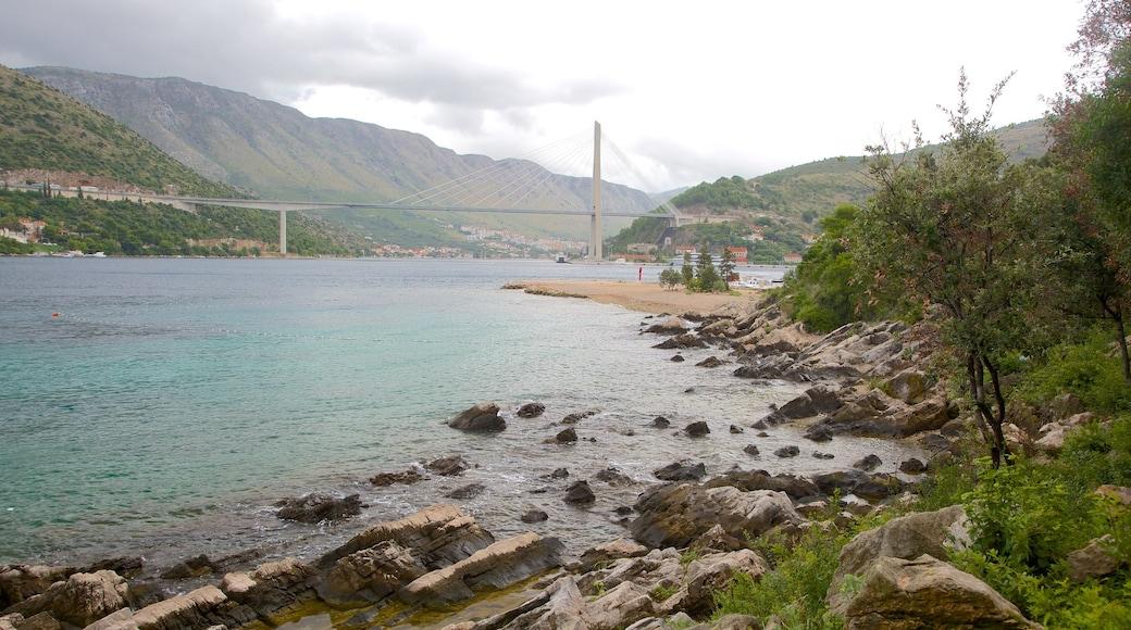 Lapadin ranta johon kuuluu lahti tai satama, vuoret ja silta