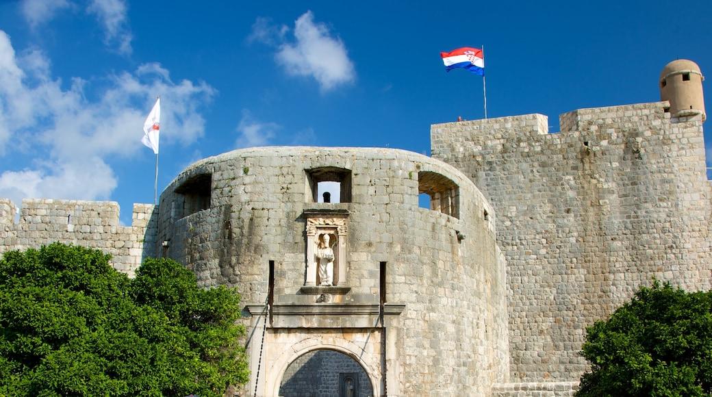 Porta di Pile che include castello e architettura d\'epoca