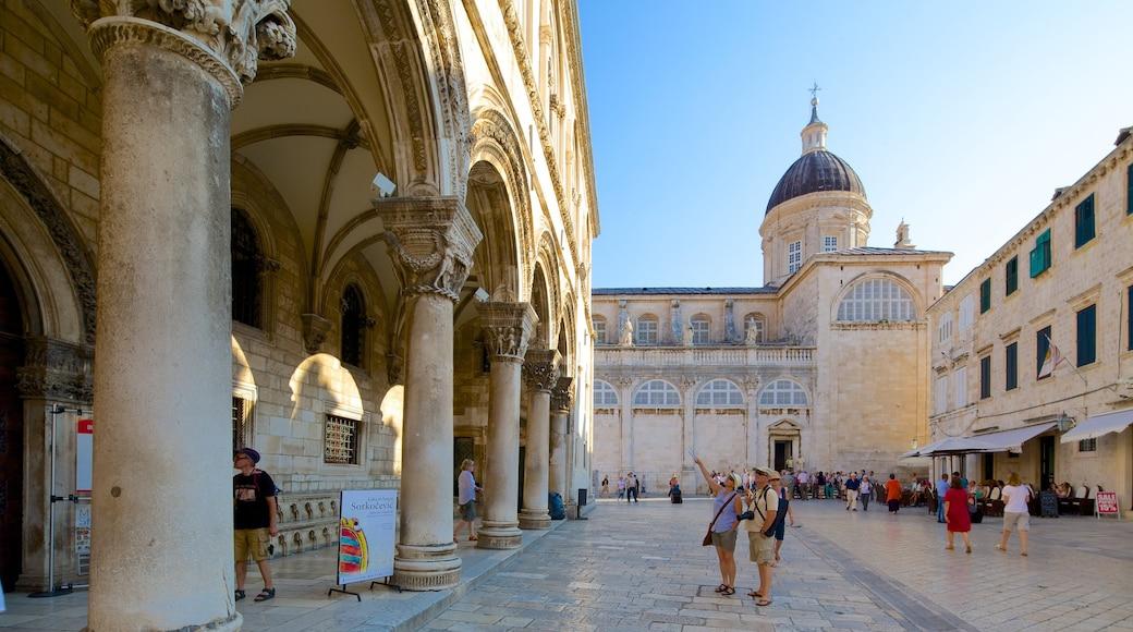 Cathédrale de Dubrovnik montrant église ou cathédrale, square ou place et scènes de rue